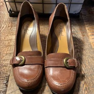Brown leather heeled loafer naturalizer